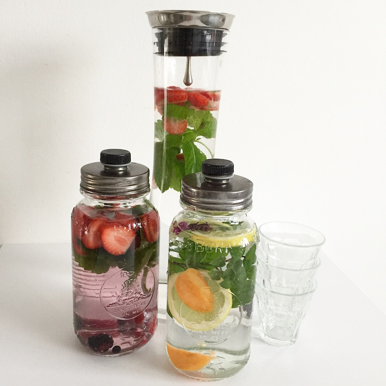 Wasser mit Obst und Kräutern sophiagaleria