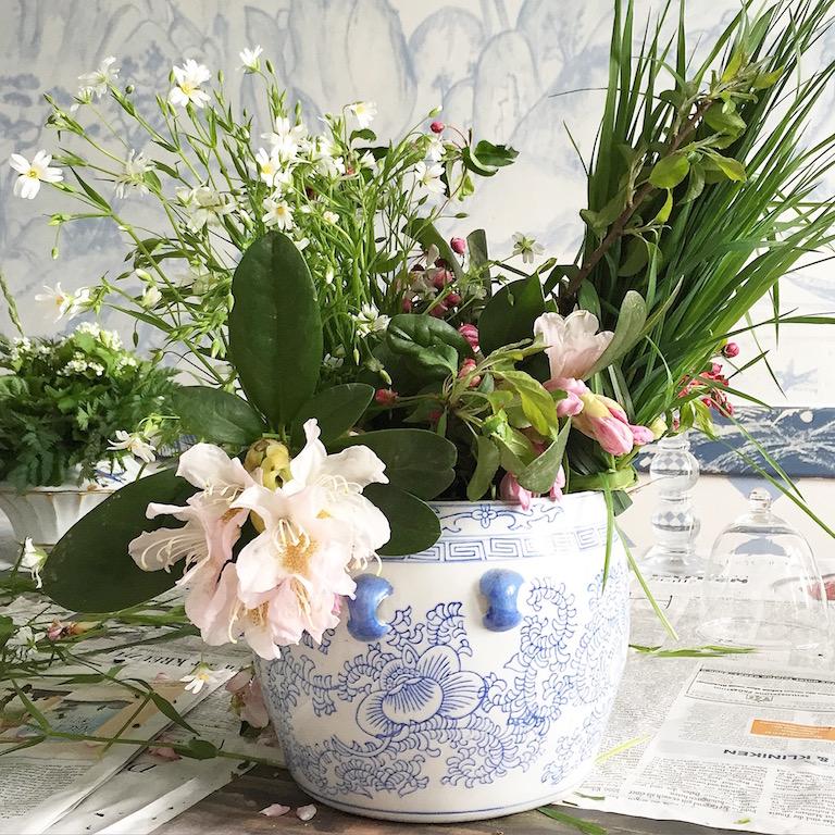 Blumen Arrangement in blauweisser Vase sophiagaleria