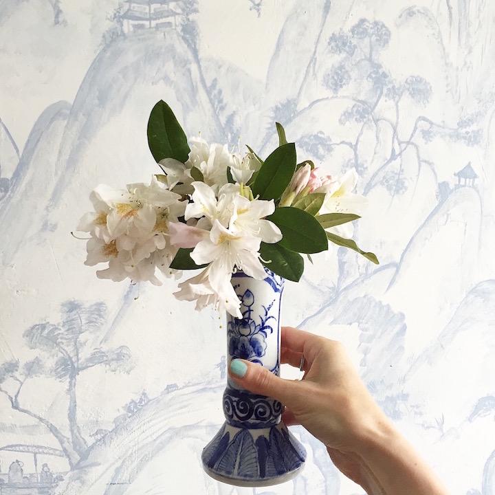 Blumen und blau weisse Wand sophiagaleria