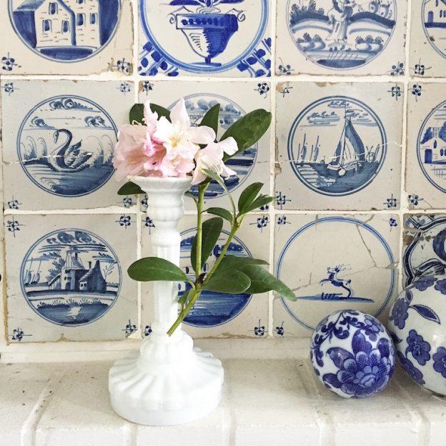 Blumen vor Kacheln blauweiss sophiagaleria
