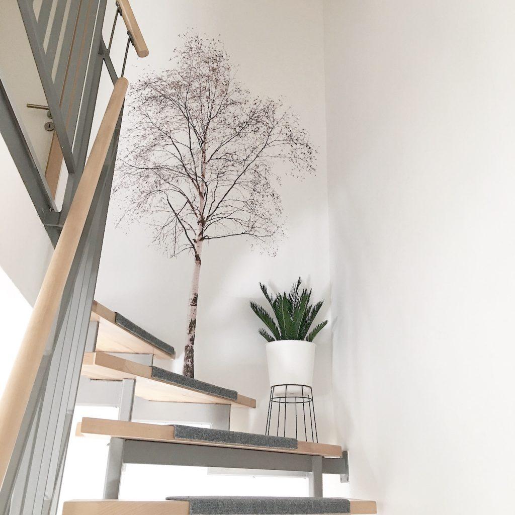 Wand Deko Ein Baum An Der Wand Und Palmenblatter Auf Dem Tisch