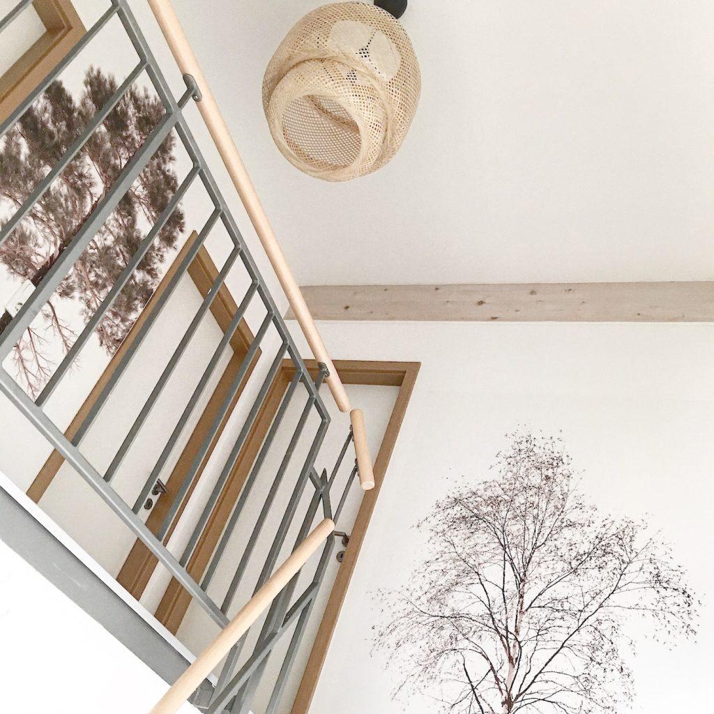 wand deko ein baum an der wand und palmenbl tter auf dem. Black Bedroom Furniture Sets. Home Design Ideas
