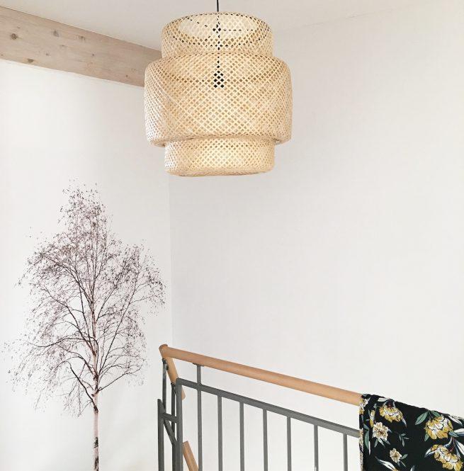wand deko ein baum an der wand und palmenbl tter auf dem tisch sophiagaleria. Black Bedroom Furniture Sets. Home Design Ideas