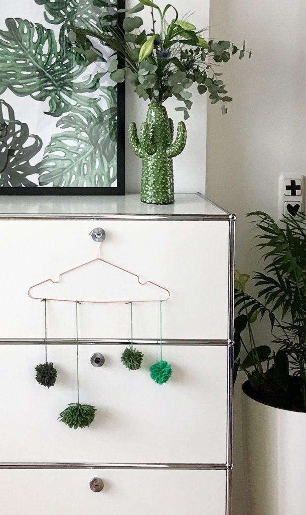diy pom pom wand dekoration sophiagaleria. Black Bedroom Furniture Sets. Home Design Ideas