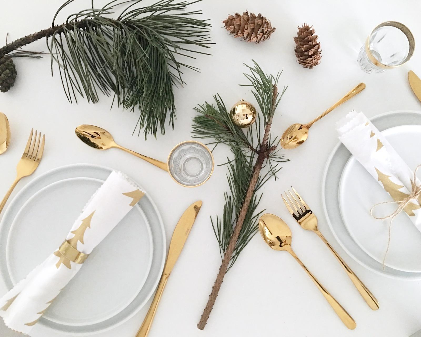weihnachtliche tisch deko mit diy servietten und diy serviettenringen in gold sophiagaleria. Black Bedroom Furniture Sets. Home Design Ideas