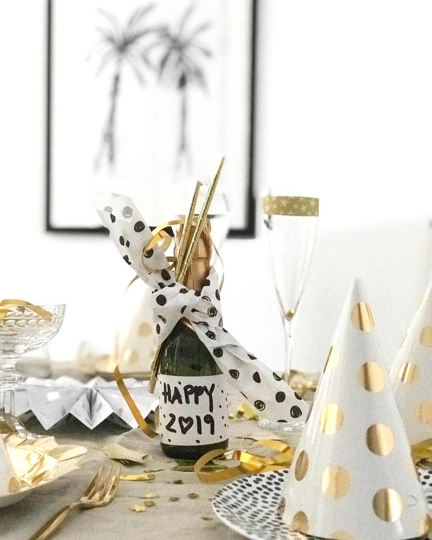 silvester tisch deko in schwarz weiss gold happy new. Black Bedroom Furniture Sets. Home Design Ideas