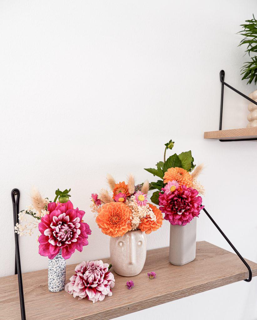Dahlien in kleinen Vasen