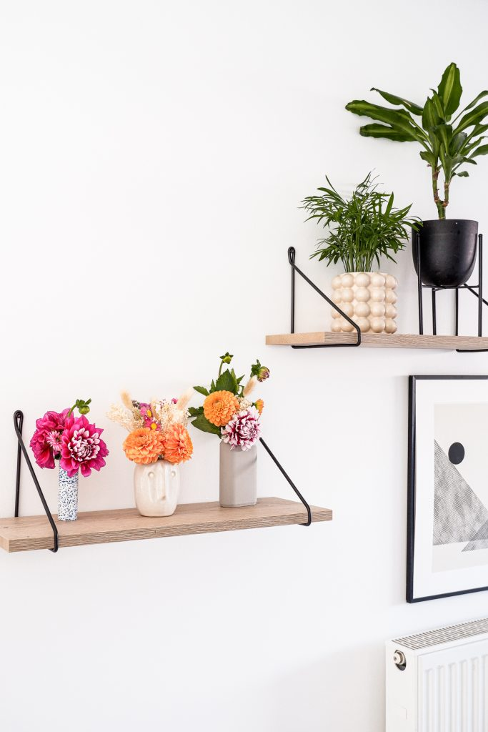 Wanddeko mit Dahlien in kleinen Vasen