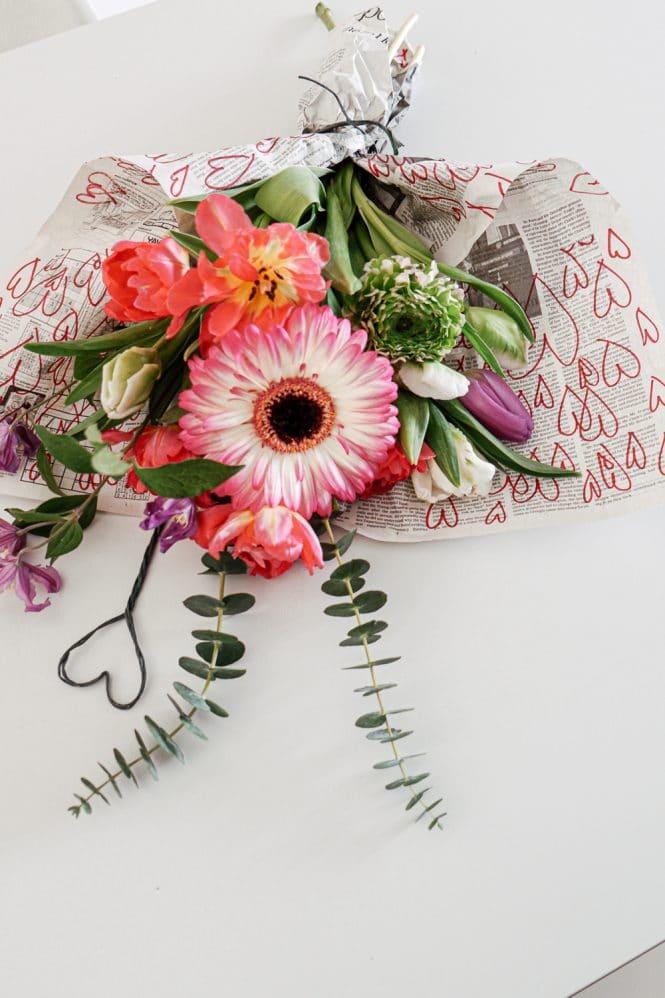 Sophiagaleria DIY Herzen Blumen Geschenkpapier Zeitung-1